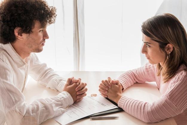 Persone al tavolo con decreto di divorzio