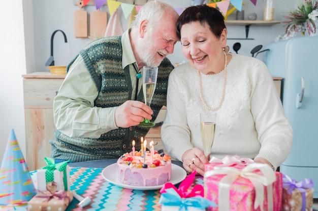 Persone anziane che festeggiano il compleanno