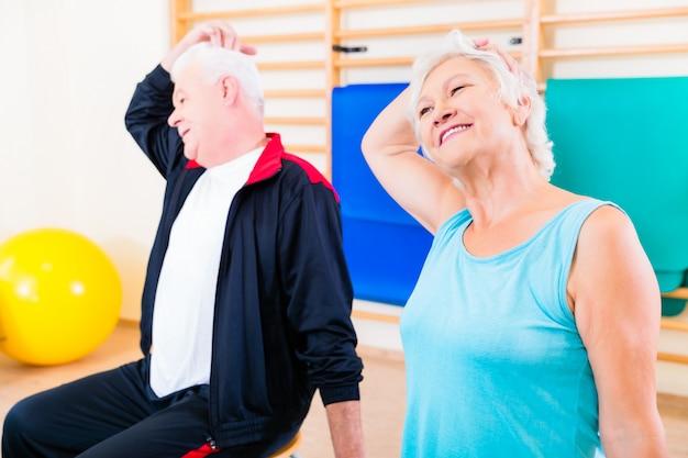 Persone anziane in esercizio di fitness