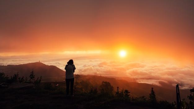 Persone asiatiche natura di viaggio. viaggiare rilassati. campagna natural touch. guarda il sorgere del sole.