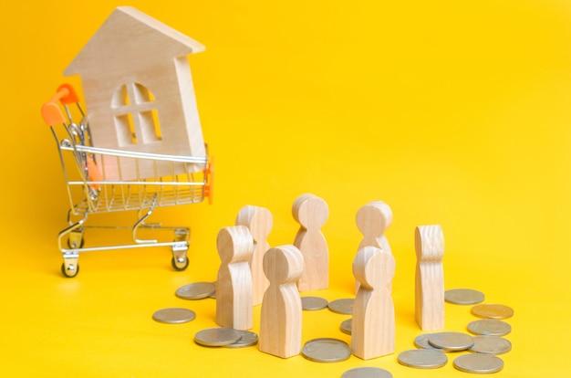 Persone, casa e un cesto da un supermercato. asta, vendite pubbliche