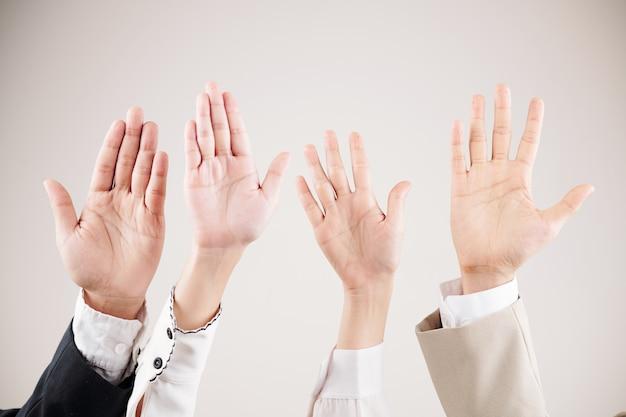 Persone che agitano le mani