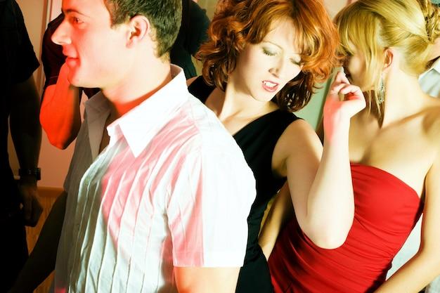Persone che ballano in un club