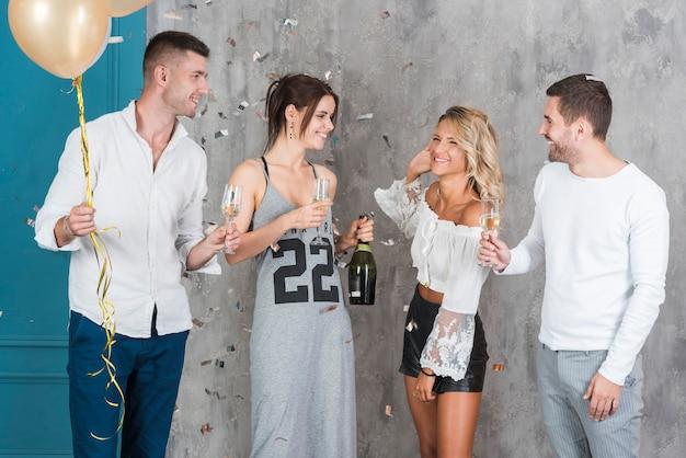 Persone che bevono champagne