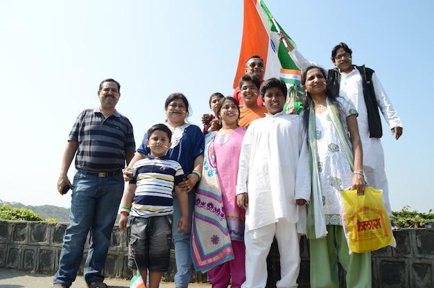 Persone che celebrano la festa della repubblica ballando e sventolando la bandiera indiana