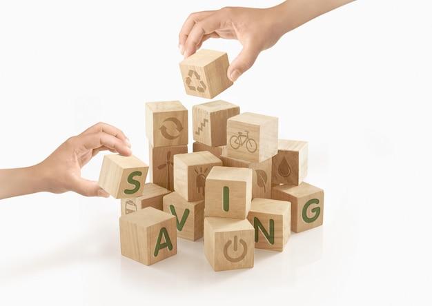 Persone che giocano con blocchi di legno