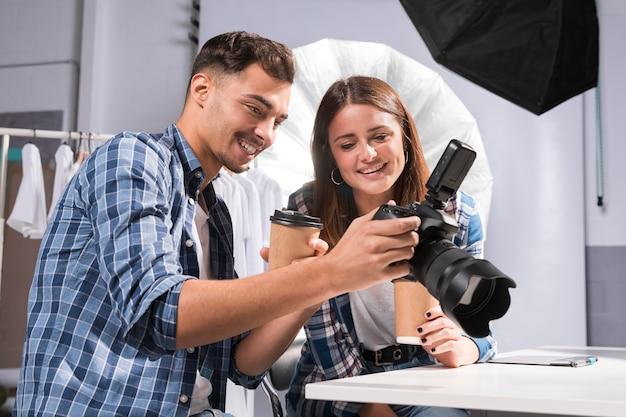 Persone che guardano insieme su una macchina fotografica