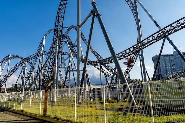 Persone che guidano auto sulla ferrovia roller coaster con vista sul monte fuji a fuji-q highland divertirsi