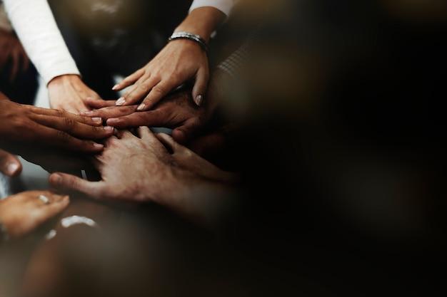 Persone che impilano le mani