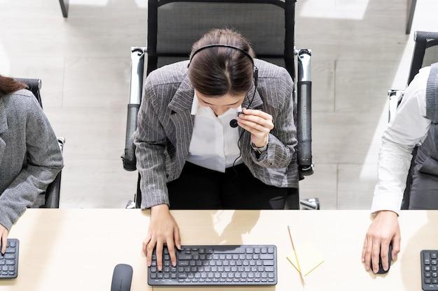 Persone che lavorano in un call center