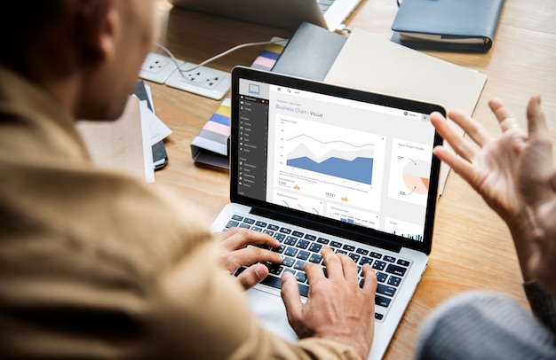 Persone che lavorano su un computer portatile in una riunione