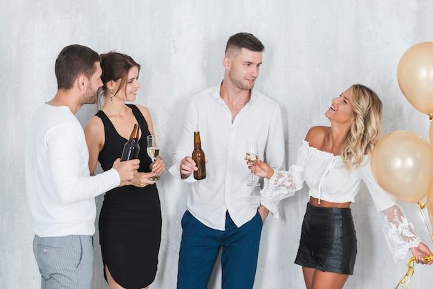 Persone che parlano e bevono
