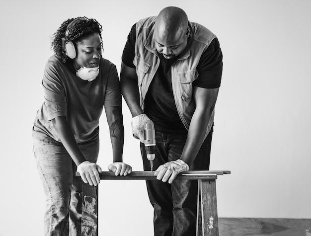 Persone che rinnovano la loro nuova casa