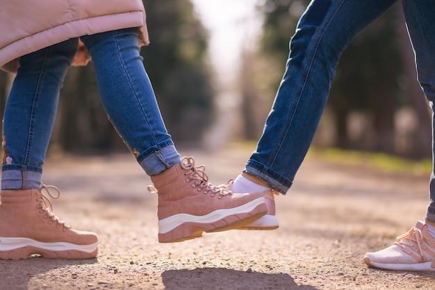 Persone che salutano con i piedi. stretta di mano alternativa durante l'epidemia di coronavirus.