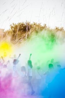 Persone che si godono la festa di holi. festival dei colori indiano