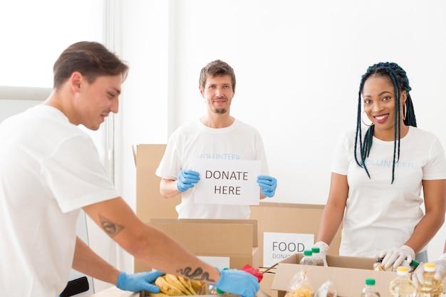 Persone che si offrono volontarie per donazioni per i poveri