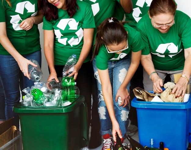 Persone che si prendono cura dell'ambiente riciclando