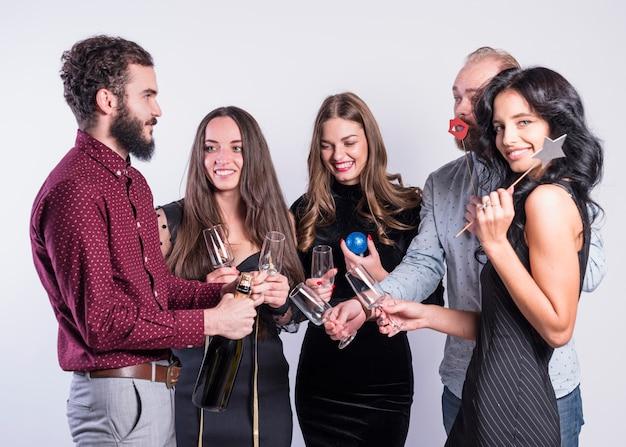 Persone con bicchieri vuoti in attesa di champagne
