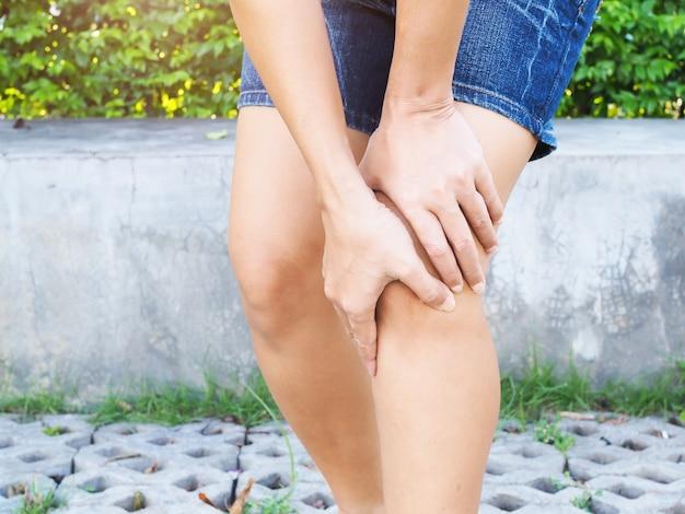 Persone con dolore alle gambe e al ginocchio, dolore muscolare, infiammazione dei tendini.