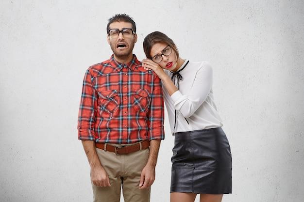 Persone, concetto di guai. studente maschio piangente in preda al panico come esploso dall'università