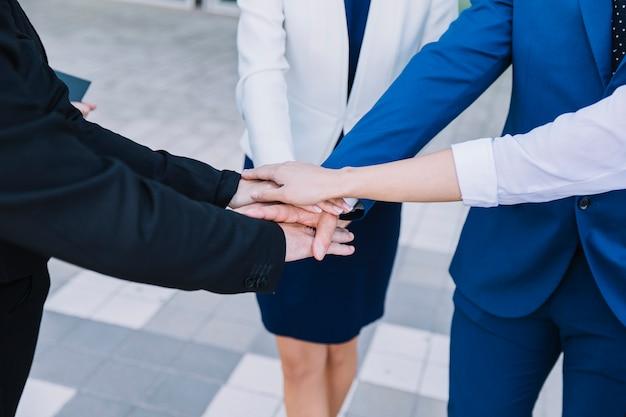 Persone d'affari che impilano le mani