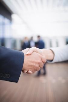 Persone di affari che agitano le mani