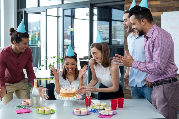 Persone di affari che celebrano il compleanno dei loro colleghi