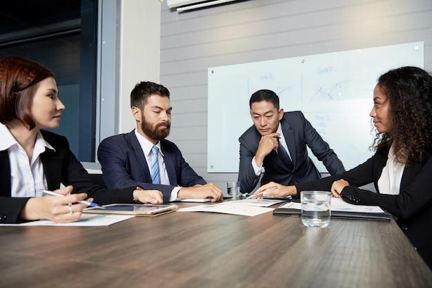 Persone di affari serie che hanno riunione
