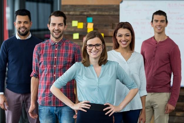 Persone di affari sorridenti che stanno nell'ufficio