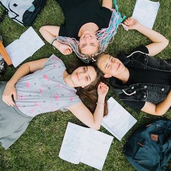 Persone di scuola che presentano nel parco