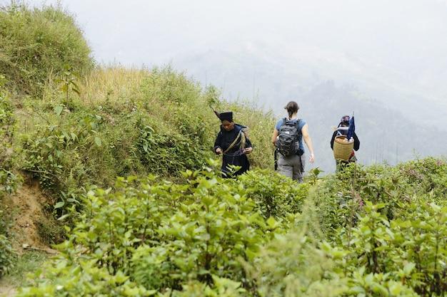 Persone e bambini di sapa, area montuosa del vietnam del nord nella loro vita quotidiana.