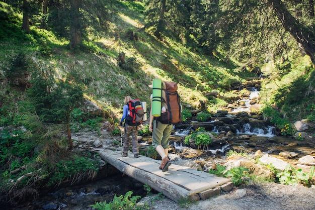 Persone escursioni nelle montagne dei carpazi