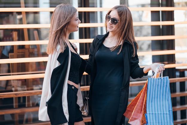 Persone felici vendita amicizia urbano