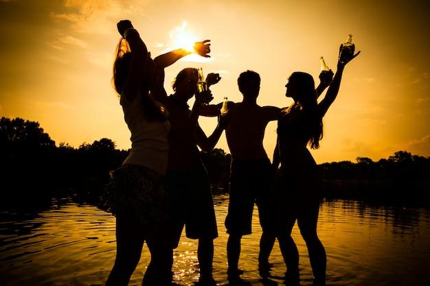Persone festa in spiaggia in estate
