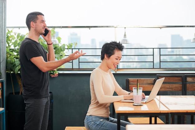 Persone impegnate con il loro lavoro in un bar