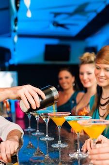 Persone in club o bar a bere cocktail