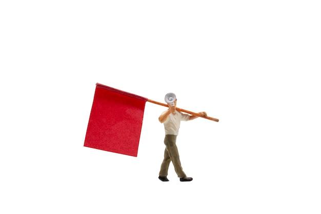 Persone in miniatura che tengono megafono con bandiere isolate