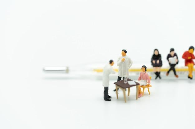 Persone in miniatura consultare un medico per chiedere problemi di salute. controllo sanitario annuale
