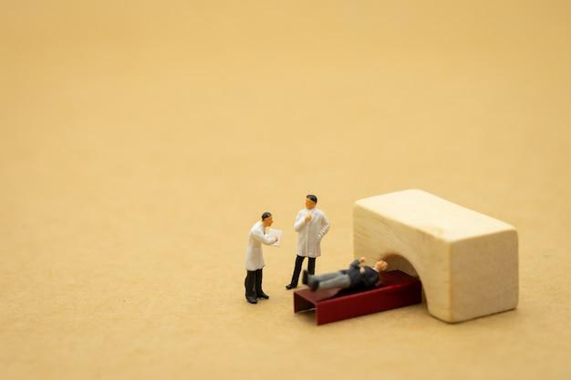 Persone in miniatura consultare un medico per chiedere problemi di salute