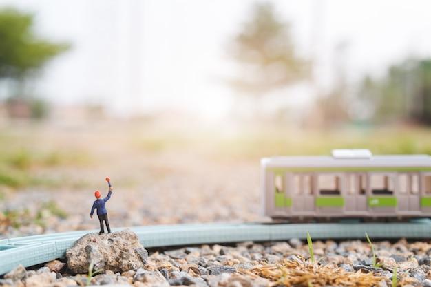Persone in miniatura: il personale delle ferrovie sta lavorando alla ferrovia