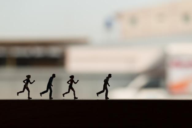 Persone in miniatura: silhouette di un corridore