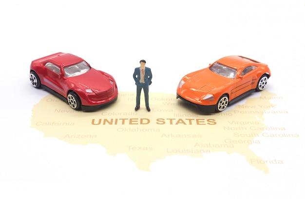 Persone in miniatura, uomo d'affari e auto sulla mappa americana