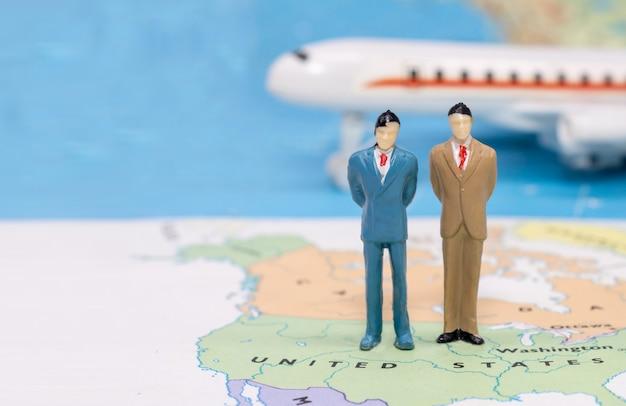 Persone in miniatura, uomo d'affari in piedi sulla mappa americana