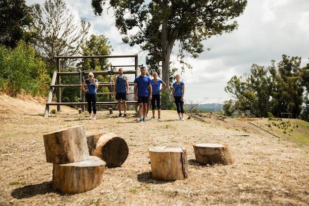 Persone in piedi a terra durante l'allenamento al campo di addestramento