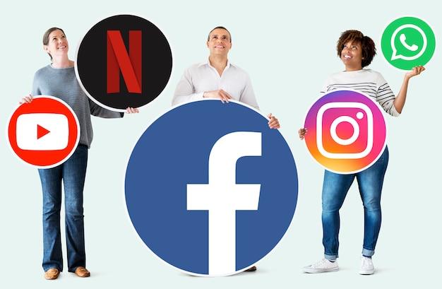 Persone in possesso di icone di marchi digitali