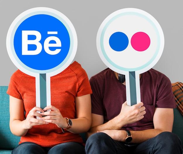 Persone in possesso di icone social media