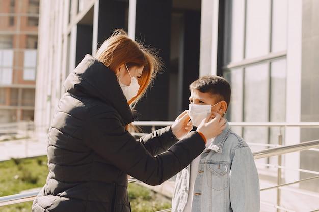 Persone in una maschera in piedi sulla strada
