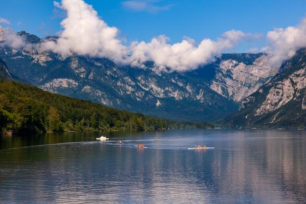 Persone kayak nel lago bohinj