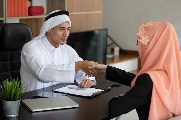 Persone musulmane si stringono la mano
