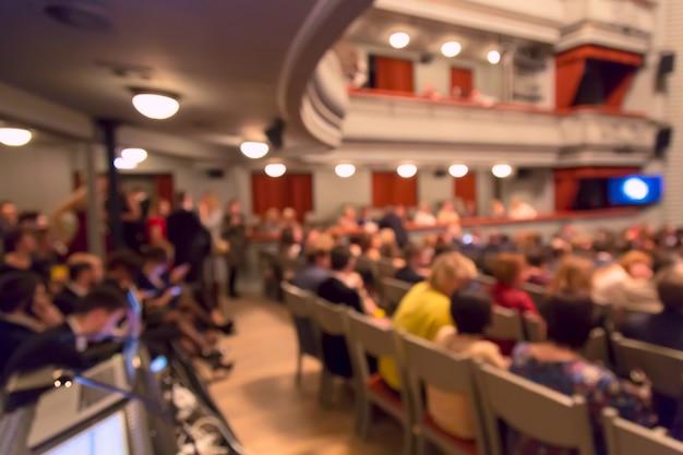 Persone nell'auditorium teatrale durante lo spettacolo. immagine sfocata